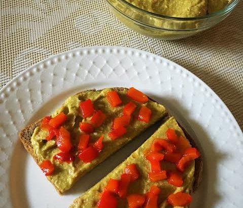 Pasta de avocado cu ardei copt si tofu